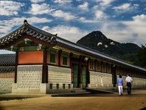 Pares que caminan en el palacio de Gyeongbokgung Imágenes de archivo libres de regalías