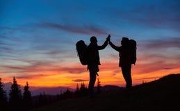 Pares que caminan en las montañas junto imagen de archivo libre de regalías