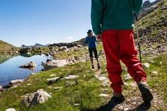 Pares que caminan en montañas fotografía de archivo