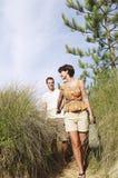 Pares que caminan en rastro de la playa Fotos de archivo libres de regalías