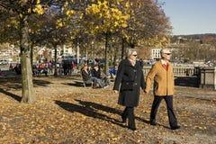 Pares que caminan en un parque en Zurich Fotografía de archivo libre de regalías