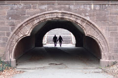 Pares que caminan en un túnel Fotos de archivo libres de regalías