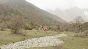 Pares que caminan entre las montañas de Nepal almacen de metraje de vídeo
