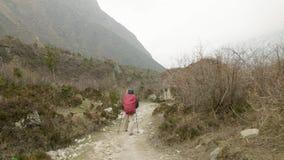 Pares que caminan entre las montañas de Nepal almacen de video