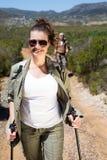 Pares que caminan felices que caminan en rastro de montaña Fotografía de archivo libre de regalías