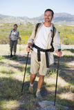 Pares que caminan felices que caminan en rastro de montaña Imagen de archivo libre de regalías