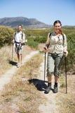 Pares que caminan felices que caminan en rastro del país Imagen de archivo