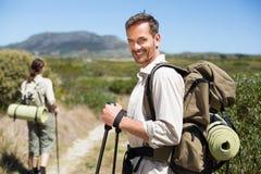 Pares que caminan felices que caminan en rastro del país Foto de archivo