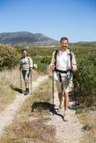 Pares que caminan felices que caminan en rastro del país Imagenes de archivo