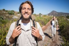 Pares que caminan felices que caminan en terreno de la montaña Imagenes de archivo