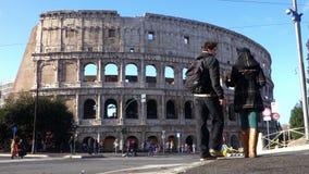 Pares que caminan hacia Colosseum Roma Italia metrajes