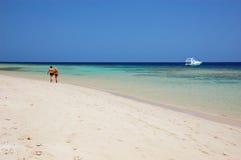 Pares que caminan a lo largo de la playa en Egipto Fotografía de archivo