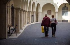 Pares que caminan a través del patio Bratislava del museo Foto de archivo