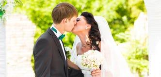 Pares que casam-se em uma cerimônia de casamento exterior imagem de stock