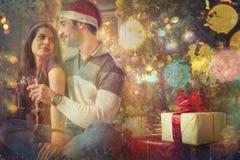 Pares que celebran día de la Navidad y de Año Nuevo Imágenes de archivo libres de regalías