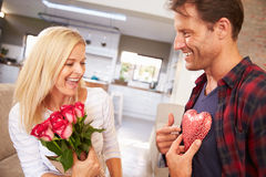 Pares que celebran día de tarjetas del día de San Valentín Imagen de archivo