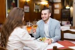 Pares que cenan con champán Foto de archivo libre de regalías