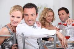 Pares que cenan con los amigos Foto de archivo libre de regalías