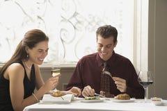 Pares que cenan en el restaurante. Imagen de archivo