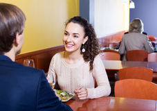 Pares que cenan en la tabla del restaurante Foto de archivo