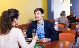 Pares que cenan en la tabla del restaurante Imagen de archivo libre de regalías