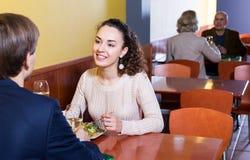 Pares que cenan en la tabla del restaurante Imagenes de archivo