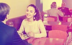 Pares que cenan en la tabla del restaurante Imagen de archivo