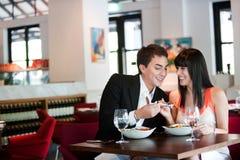 Pares que cenan en restaurante Imagen de archivo