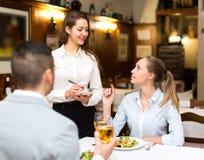 Pares que cenan en restaurante Fotos de archivo libres de regalías