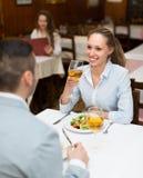 Pares que cenan en restaurante Imagenes de archivo
