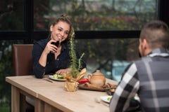 Pares que cenan en un restaurante Imágenes de archivo libres de regalías