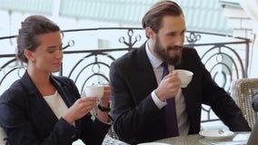 Pares que charlan durante un descanso para tomar café metrajes