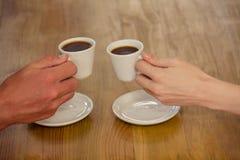 Pares que cheering com café imagens de stock royalty free
