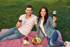 Pares que cheering com vidros de vinho fotos de stock royalty free