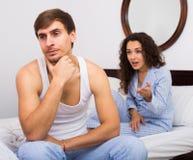 Pares que classificam para fora relacionamentos na cama foto de stock royalty free