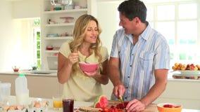 Pares que comem o café da manhã na cozinha filme