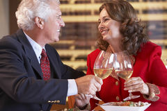 Pares que comem o jantar e que bebem o vinho junto fotos de stock
