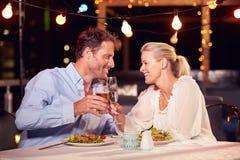 Pares que comem o jantar no restaurante do telhado fotografia de stock royalty free