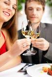 Pares que comem o jantar no restaurante muito bom Fotografia de Stock Royalty Free