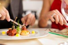 Pares que comem o jantar no restaurante muito bom Fotografia de Stock