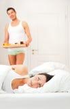 Pares que comem o pequeno almoço na cama fotos de stock royalty free