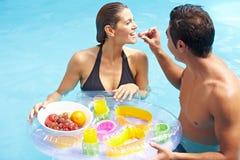 Pares que comem o pequeno almoço romântico Fotografia de Stock
