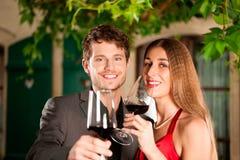 Pares que comem o vinho Imagens de Stock
