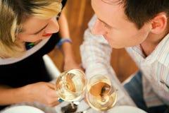 Pares que comem o vinho Imagens de Stock Royalty Free