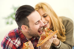 Pares que comem a pizza fotografia de stock royalty free