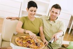 Pares que comem a pizza Foto de Stock
