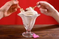 Pares que comem a sobremesa romântica para o dia de Valentim Imagem de Stock