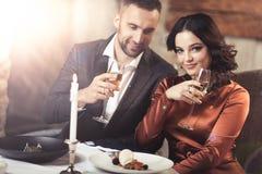 Pares que comemoram no restaurante Fotografia de Stock Royalty Free