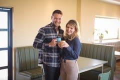 Pares que comen café en restaurante Foto de archivo libre de regalías