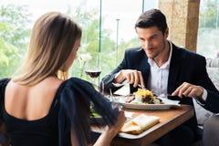 Pares que comen en restaurante Imagen de archivo